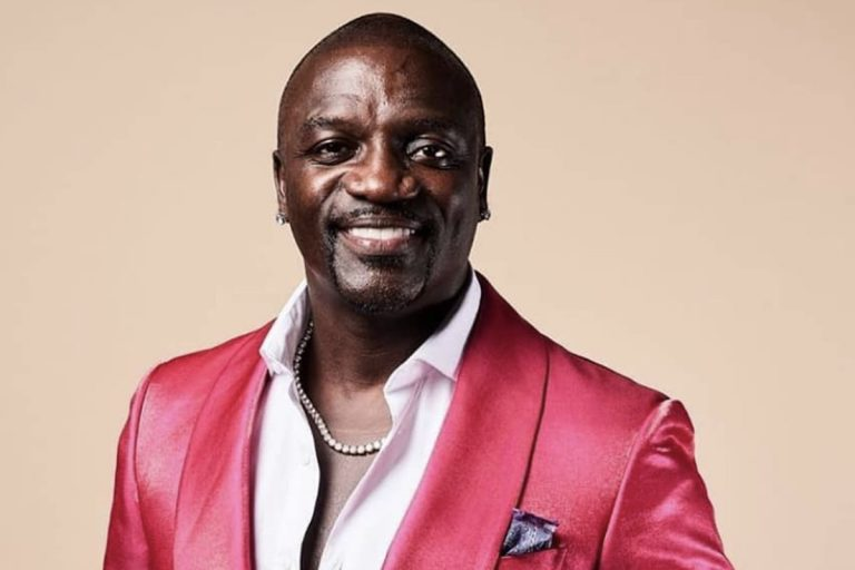Singer Akon Pulled Over By Cops For Pictures